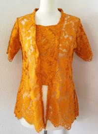 Uit de Ayu collectie van bijzonder verfijnd kant. Kebaya donker oranje korte mouw. Sluit met haakjes aan het voorpand. Bovenwijdte tot 100 cm. Taille tot 96 cm. Totale lengte 65 cm. Ned. maat 44. 100% kanten rayon.