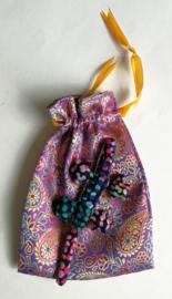 Baby Gekko 13 cm. De gekko staat symbool voor geluk, bescherming en een lang en vruchtbaar leven.  Wordt geleverd in een prachtig batik zakje.