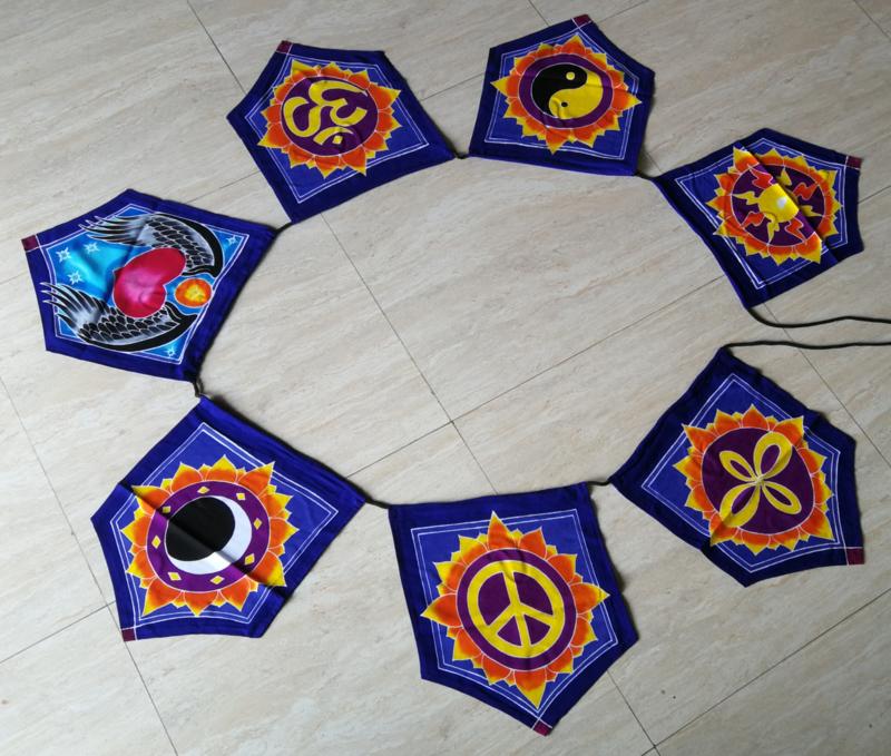 Vlaggenlijn 'Symbolen'.  Batik handwerk uit kunstenaarsdorp Ubud. 7 verschillende vlaggen van 33x26 cm. Lengte inclusief koord  2.80 meter. 100% rayon.