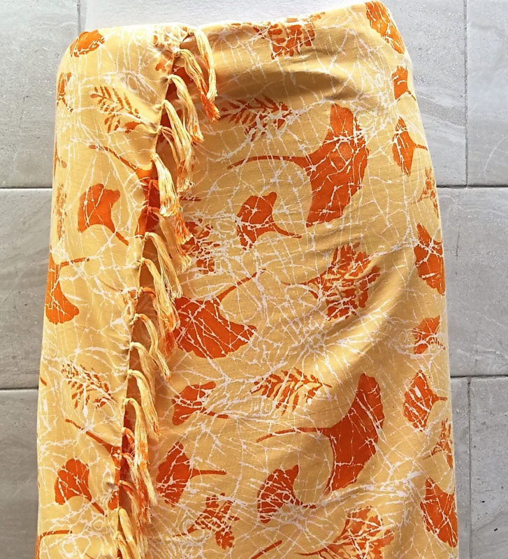 Batik sarong XL. Uit de Busana Agung collectie en gemaakt met de BingBatik techniek uit Indonesie.  120 x 190 cm. 100% rayon. Wasbaar op 30 graden. Met sarongknoop.