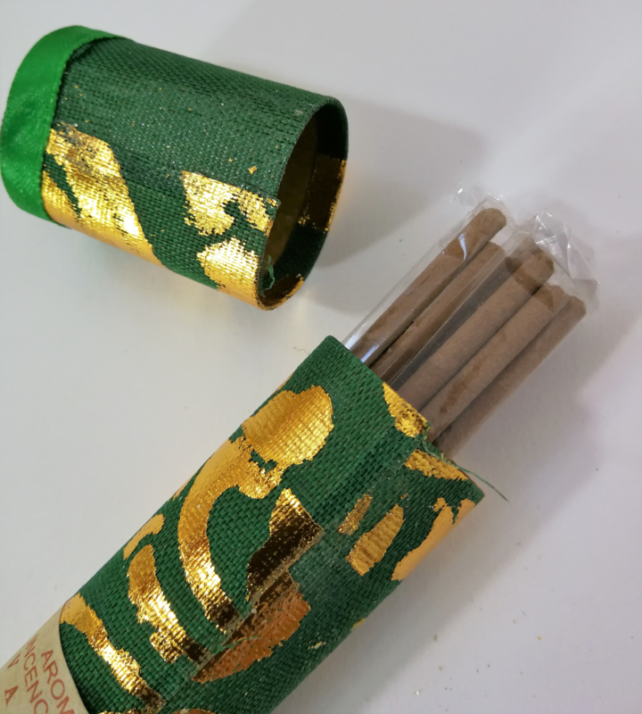 Koker van Harum Bali met 10 Jempiring incense sticks. Kleuren kokers kunnen varieren.