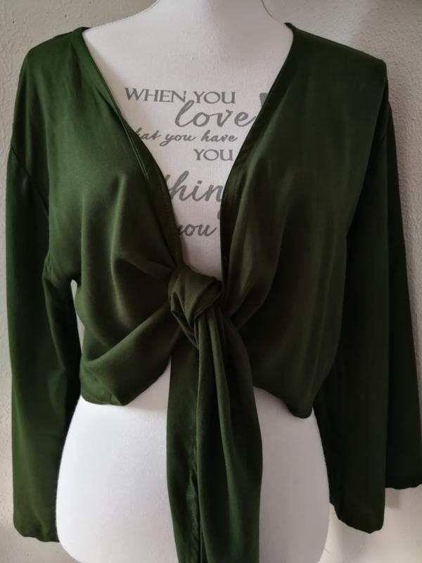 Wikkelvestje groen. Met sierlijk uitlopend wijd mouwtje. Lengte wikkel 200 cm. 100% rayon