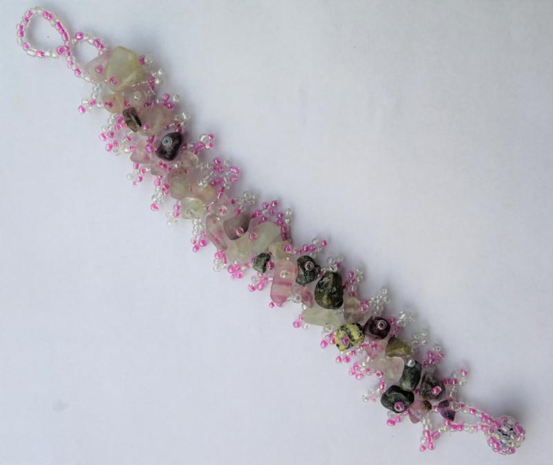 Pastel/zwart kleurige armband met ingelegde steentjes. 2,5 x 18 cm