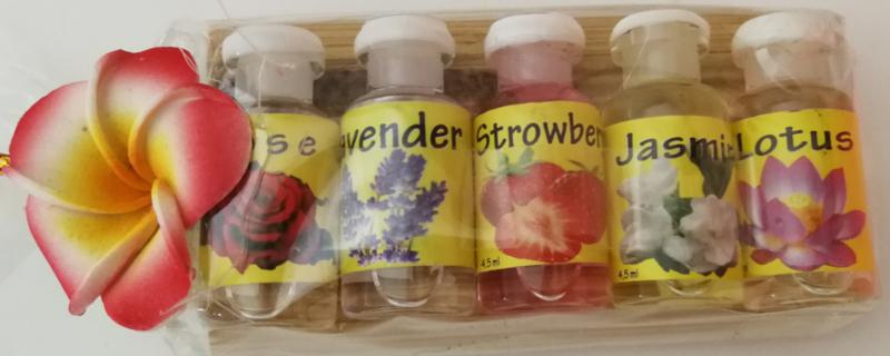 Treetje van Sawohout met 5 verschillende olietjes van 4,5 ml. Rose,Lavendel, Aardbei, Jasmijn en Lotus. Voor gebruik in een brandertje of verdamper.