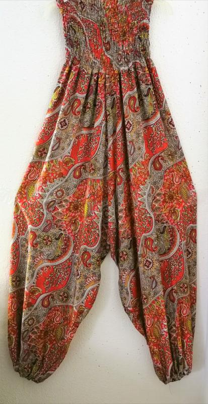 Jumpsuit Paisley Dream rood. Strapless gesmockt bovenlijfje, wijd uiteenlopende pijpen, elastiek in de enkels. 100% zacht glanzende rayon. Maat 36 t/m 42.