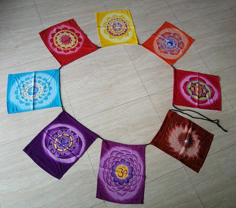 Vlaggenlijn 'Symbolen'.  Batik handwerk uit kunstenaarsdorp Ubud. 7 verschillende vlaggen van 32x28 cm. Lengte inclusief koord  2.80 meter. 100% rayon.