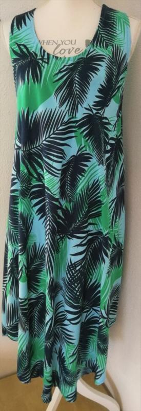Sierlijk vallend hemdjurkje palmblad. Met zwierig rondgeknipte zoom. Bovenwijdte  1.32 cm, heup 1.72 cm, lengte 1.22 cm. 100% Rayon