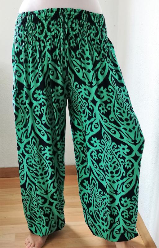 Broek 'Green Art'. Met breed elastiek in taille/ heupband, sierkoordje aan voorzijde, opgestikt zijvakje en elastiek in enkels. Ruimvallende pijpen en normale hoogte kruis. 100% rayon. Binnenbeenlengte 71 cm. Maat 44 t/m 52
