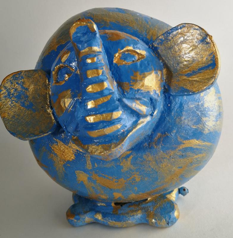 Goed geluimde blauwe houten batik spaarolifant. Gemaakt van kokosnoot, met een staartje van kokoshaar.