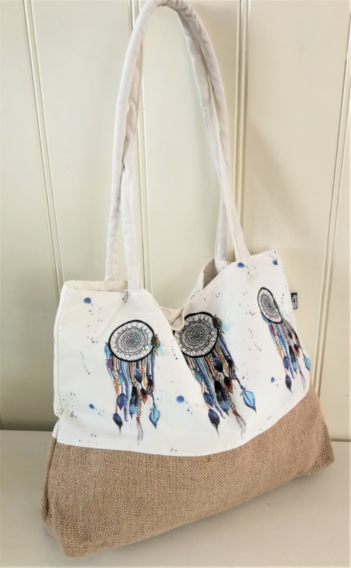Limited Edition. Handbeschilderde canvas/jute tas met aan beide zijden een dreamcatcher, sluit met magneet knoop. 44x41 cm.