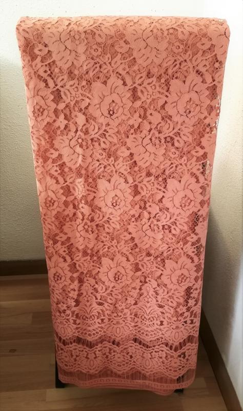Schitterend kant voor kebaya's. Zalm. 142x240 cm. Goed voor twee kebaya's maat 42/44. Aan drie zijden een zelfkant. 100% elastische kanten rayon. Wasbaar op 30 graden