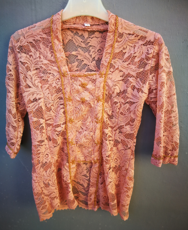 Kinder kebaya met opgenaaide goudkleurige steentjes in stervorm. Oud roze. Maat 134 bovenwijdte 66 cm. 100% rayon.