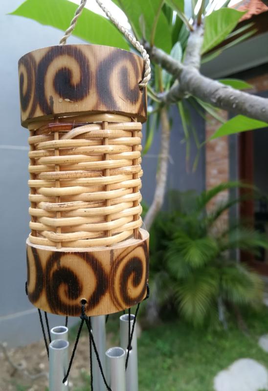 Rattan windchime klein, met prachtige bamboe rand. Een samensmelting van klanken en symboliek. Schitterend handwerk. 5 alluminium buizen. Totale lengte 50 cm.