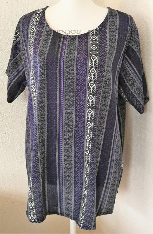 Top met mouwtje Bali Bjoetie. Lengte 71 cm, bovenwijdte 1.20 cm, heup 1.34 cm. 100% rayon.Maat 48/50