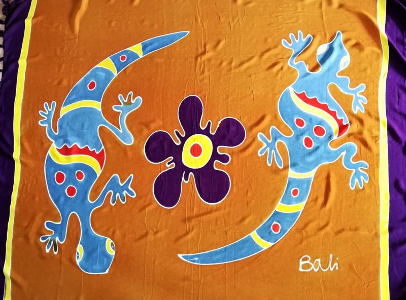 Bali strandlaken gekko met franje. Symbool van vruchtbaarheid en geluk. 160 X 120 cm, 100 % rayon. Wasbaar op 30 graden. Met bloemetjes sarongknoop.