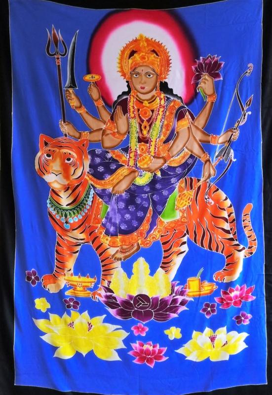 Wandkleed Durga Mata de grote hindoe-moedergodin. Durga is een onoverwinnelijke krijgsgodin. Ze rijdt op de tijgerin Dawon en beeldt mudras uit met haar handen.  1.75 bij 1.15m. Met ophangkoord.