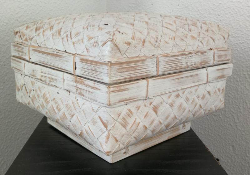 White wash opbergdoos. Van zwaar verstevigd bamboe. 21x21x10  cm (zonder inhoud) getoond met artikel no 413 A