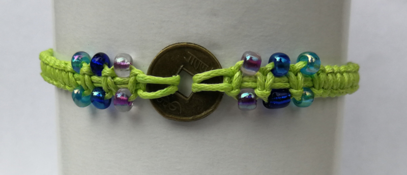 Macramé bracelet fluor groen. Met Balinees geluksmuntje, 29 cm.