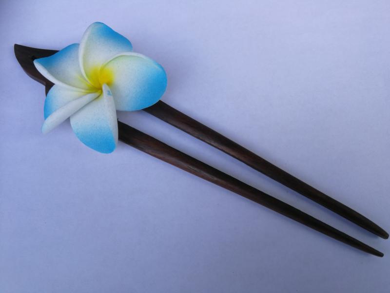 Knot speld. Bali palisander hout met blauwe frangipani bloem. 19 cm lang.