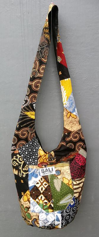 Bali Ayu cross body zak. 84 x 37 cm. Afsluitbaar met rits. Zijvakje aan de buitenzijde. Gevoerd.