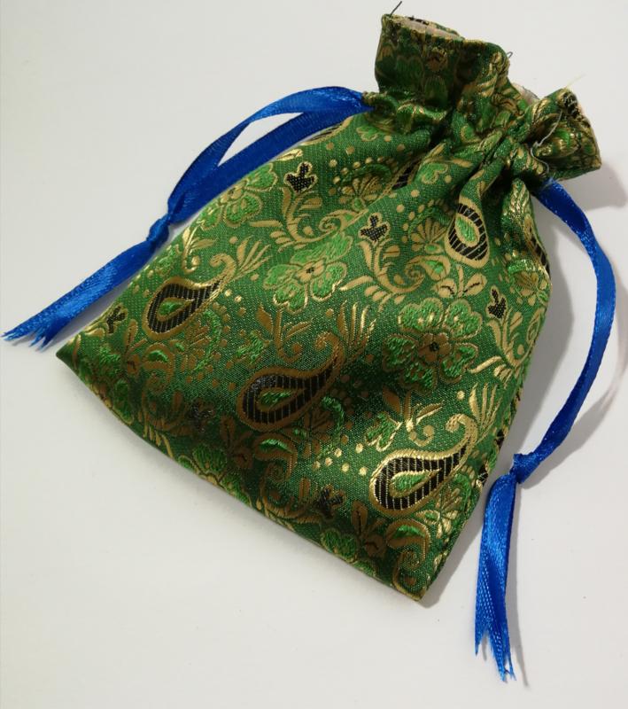 Batik zakje gevoerd, met  blauw lintje. Alleen te bestellen in combinatie met een geboortehangertje of baby gekko.