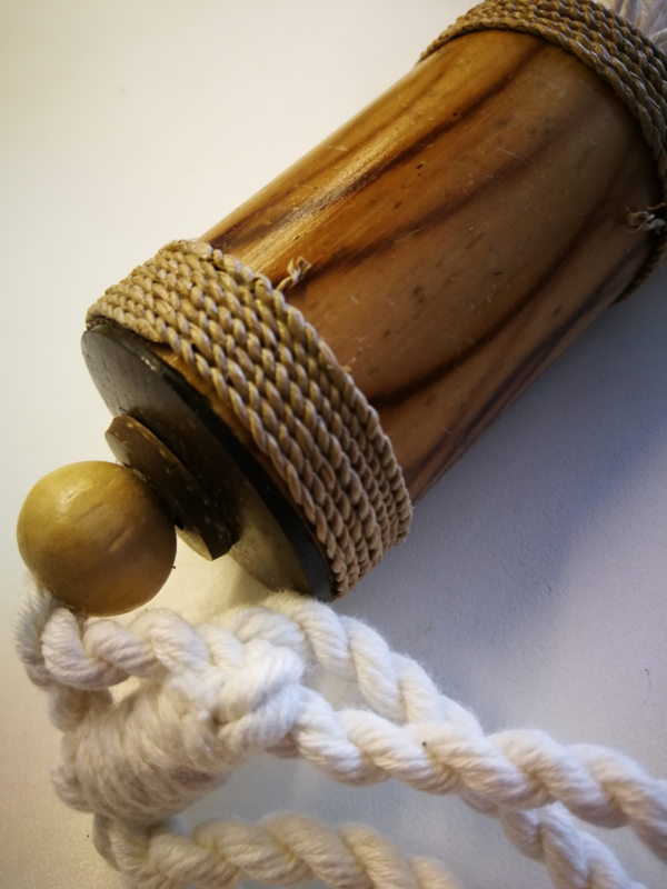 Embrasse van Sandelhout met gevlochten touw.. Met dik wit sierkoord en kwast. Lengte koord 30 cm. 2 stuks. Handmade Bali