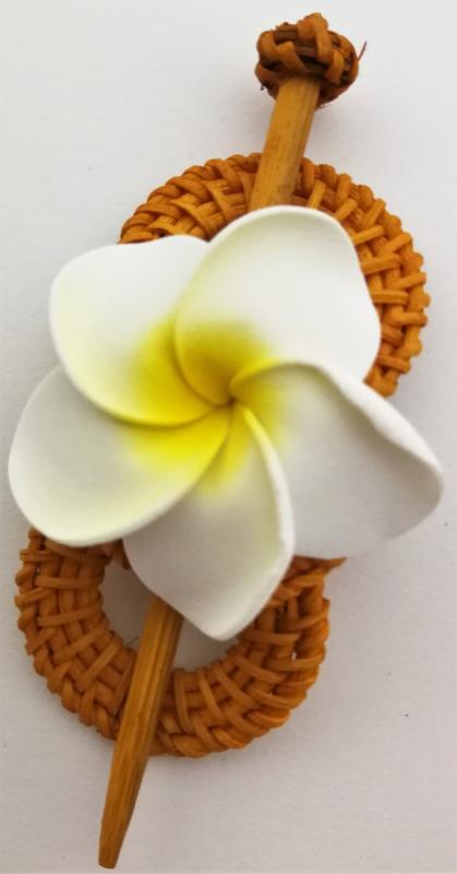Knot speld. Bali rotan handwerk. Met witte frangipani bloem. 13,5 cm lang.