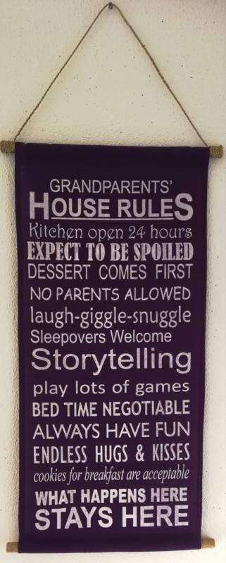 Spreukdoek Grandparents House Rules. Op katoen geverfd. Afmeting 36 x 98 cm.