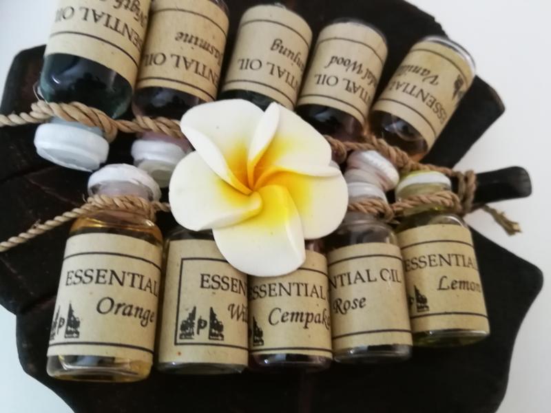Lotus blad met 10 essentiele olietjes van 4,5 ml. Orange, tanjung (mimosa) cempaka (magnolia) wild rose, sandelwood, rose, Night Queen, vanilla, jasmine, lemon. Voor gebruik in een brandertje of verdamper. Kleuren Frangipani bloemetje verschillen per set.