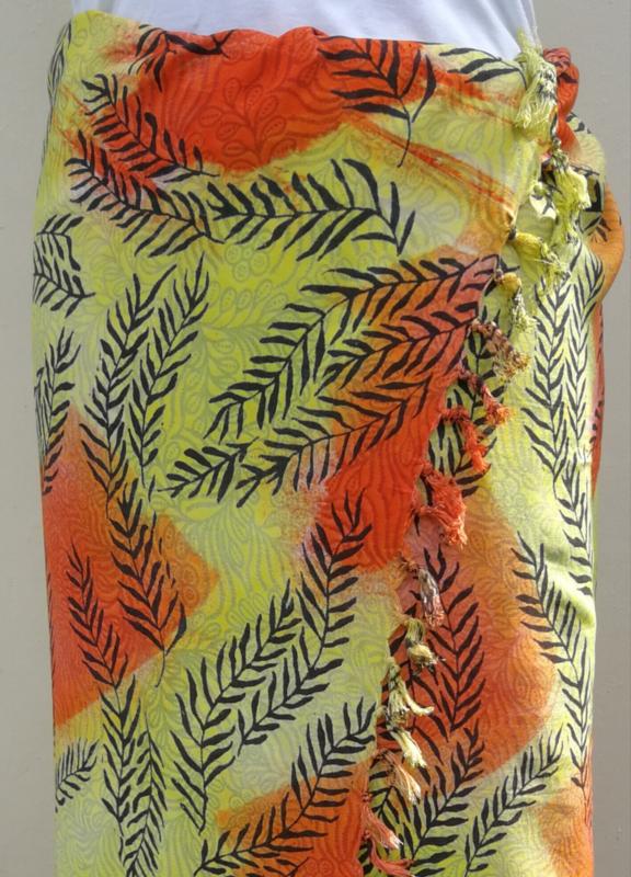 Batik sarong blad Art XL. Van extra zware kwaliteit. Uit de Busana Agung collectie en gemaakt met de BingBatik techniek uit Indonesie.  1.25 x 2.00 cm.  100% rayon. Wasbaar op 30 graden. Met sarongknoop.