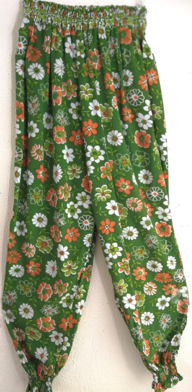 Kinderbroek zomerbloemen. Binnenbeenlengte 61 cm. Met elastische heup/taille band en enkels. 100% rayon.
