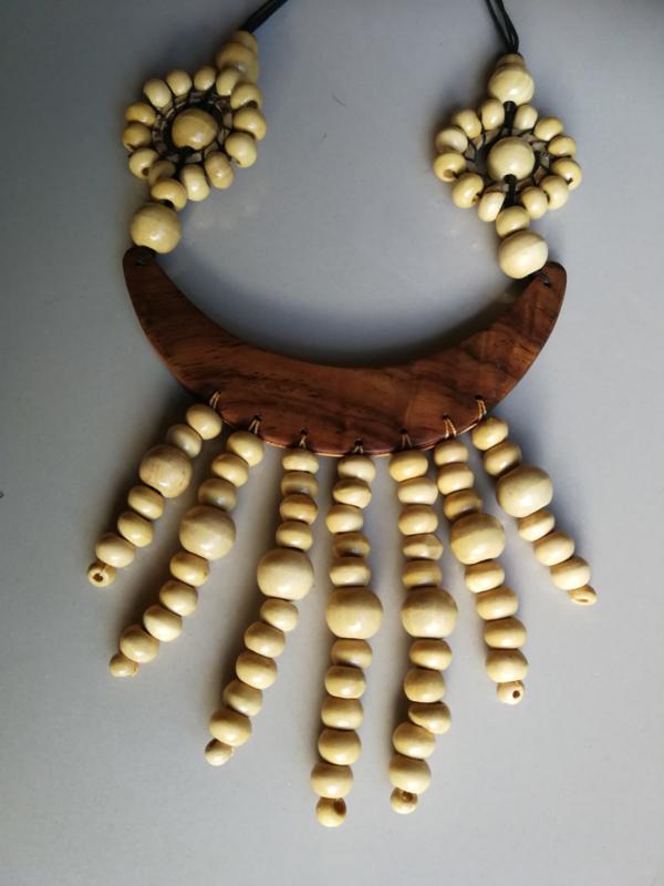 Grote halsketting. Halve maan van palisander met blank gelakte houten kralen. Lengte koord tot max. 36 cm. Verstelbaar.