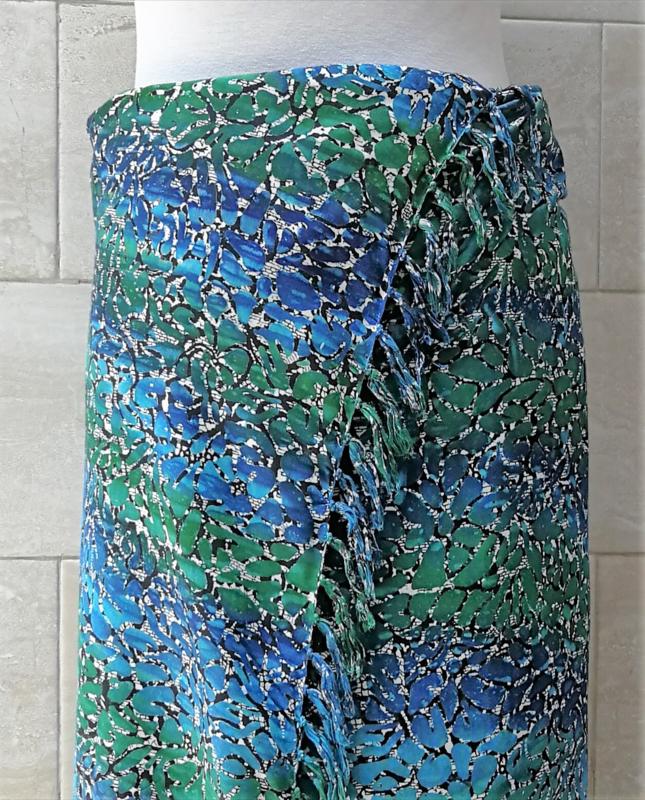 Batik sarong XL. Uit de Busana Agung collectie en gemaakt met de BingBatik techniek uit Indonesie.  115 x 190 cm. 100% rayon. Wasbaar op 30 graden. Met sarongknoop.