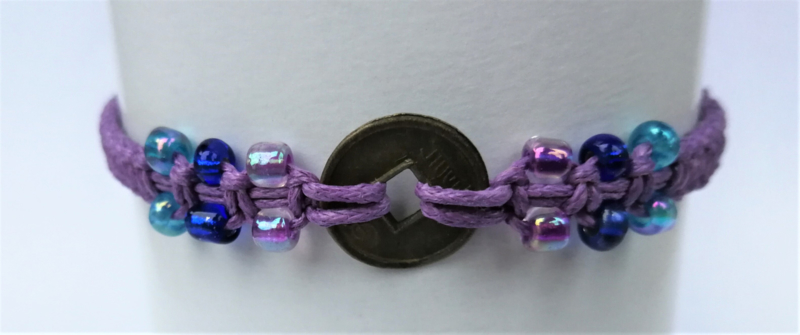Macramé bracelet lila. Met Balinees geluksmuntje, 29 cm.