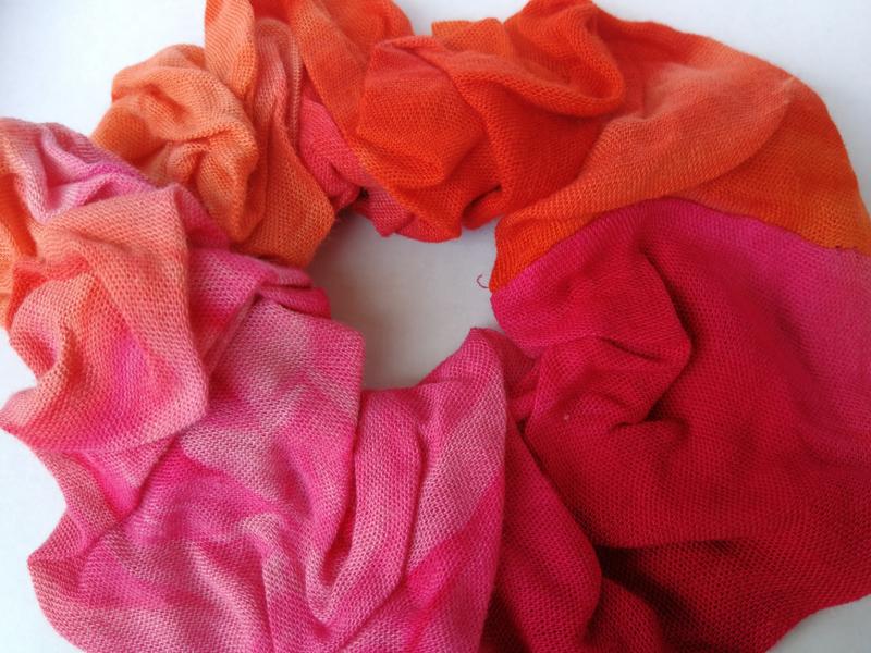 Collectors item van eigen label. Batik wokkel/scrunchie van tie dye sarong stof. Voor paardenstaart, vlecht of knot.