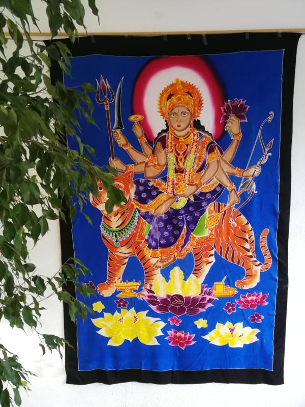 Wandkleed Durga Mata de grote hindoe-moedergodin. Durga is een onoverwinnelijke krijgsgodin. Ze rijdt op de tijgerin Dawon en beeldt mudras uit met haar handen.  1.75 bij 1.15 m. Met ophangkoord.