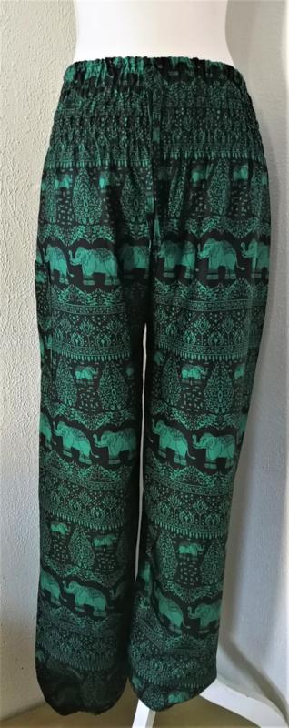 Prachtige olifanten broek van zacht glanzende rayon. Met breed elastiek in taille/ heupband, sierkoordje aan voorzijde, opgestikt zijvakje en elastiek in enkels. Binnenbeenlengte 75 cm. Heupwijdte tot 114 cm, taille tot max 90 cm.