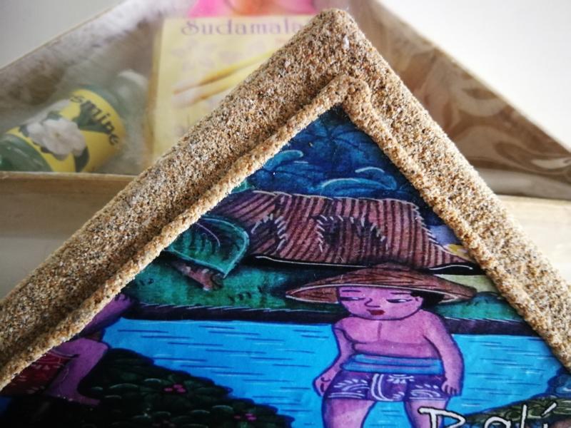Verwensetje. Prachtig doosje van 'Bali Sand craft'. Inhoud: 2 x 4,5 ml Essential Jasmine en Strawberry oil en 50 gram Lemongrass Soap.