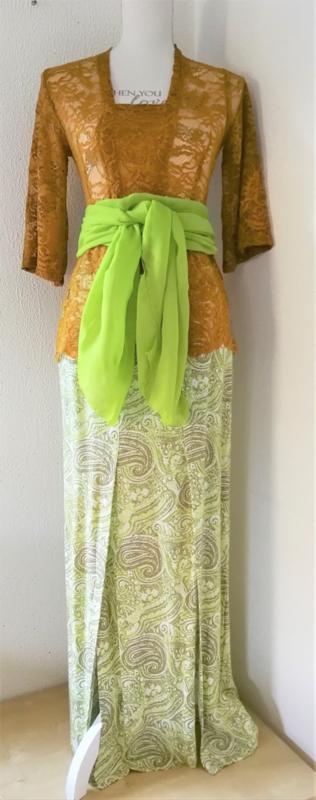 Weergaloos zomerse Balinese set. Kebaya caramel. Bovenwijdte tot 80 cm, taille tot 74 cm. Maxi rok met twee loopsplitten in prachtig paisley motief. Elastische band achter. Taille 75 cm, lang 99 cm.100% rayon. Maat 36.