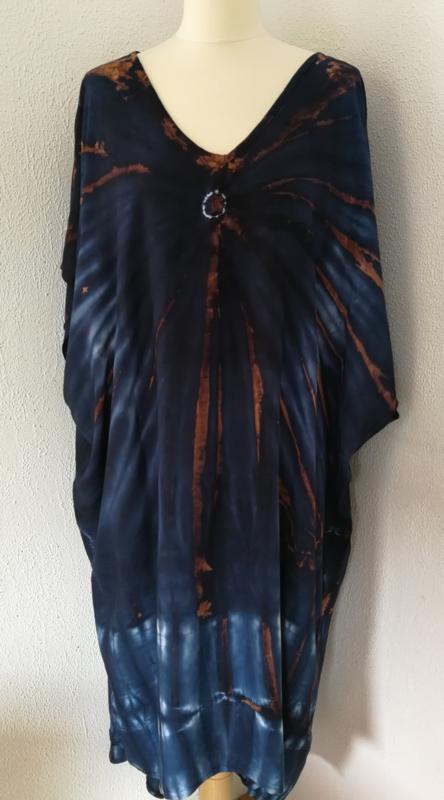 Schitterende oversized tie dye kaftan met unieke print.  Aangeknipte mouw en a-symetrische zoom. Lang model. Nachtblauw/bruin/wit. Bovenwijdte 165 cm, lengte voor 103 cm, lengte achter 123 cm. 100% rayon.