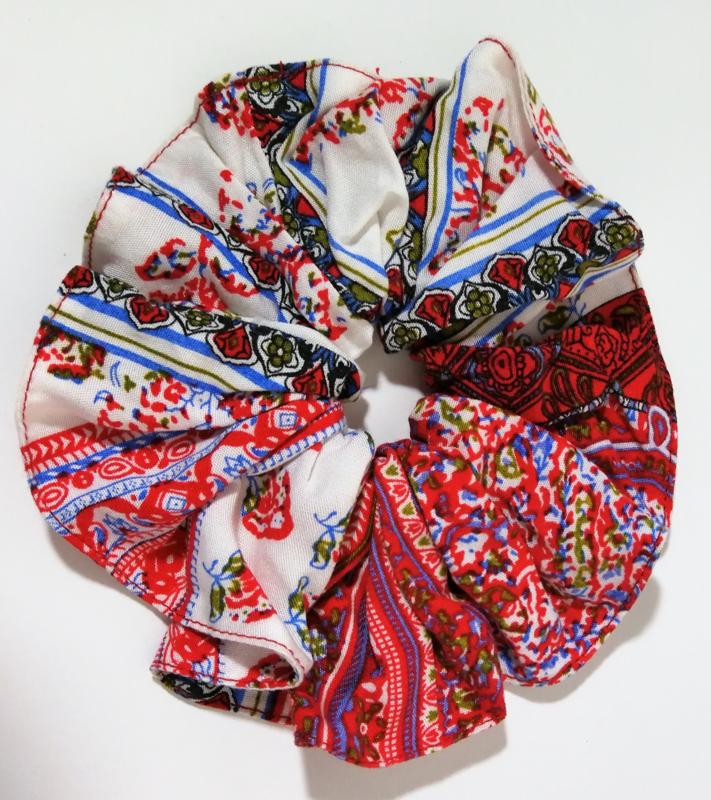 Collectors item van eigen label. Batik wokkel/scrunchie 1001 nacht rood/wit.  Voor paardenstaart, vlecht of knot.