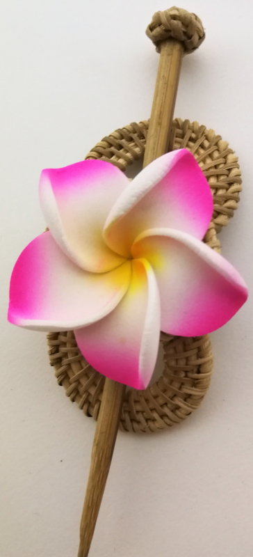Knot speld. Bali rotan handwerk. Met roze frangipani bloem. 13,5 cm lang.