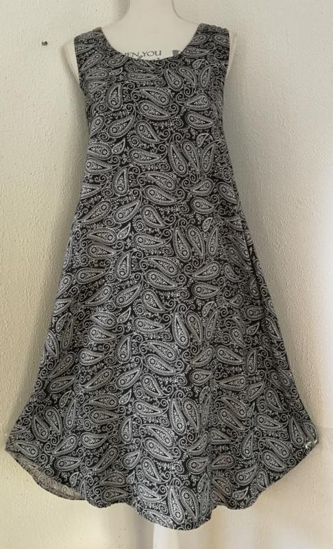 Sierlijk vallend hemdjurkje 'Paisley'. Maat 38 t/m 44. Met zwierig rondgeknipte zoom. Bovenwijdte  100 cm, Heup 118, Lengte 107 cm. 100% Rayon