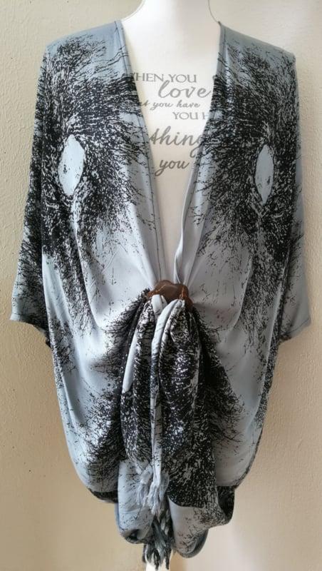 Sarong vest schimmenspel antraciet/zwart. 100% rayon, met sarong knoop