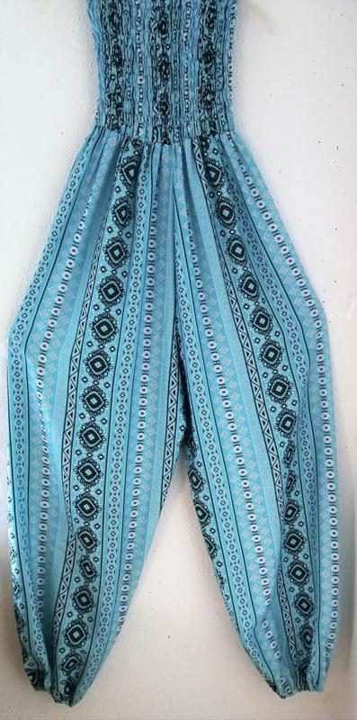 Jumpsuit 'lente blauw'. Strapless gesmockt bovenlijfje, wijd uiteenlopende pijpen, elastiek in de enkels. 100% zacht glanzende rayon. Maat 36 t/m 42.