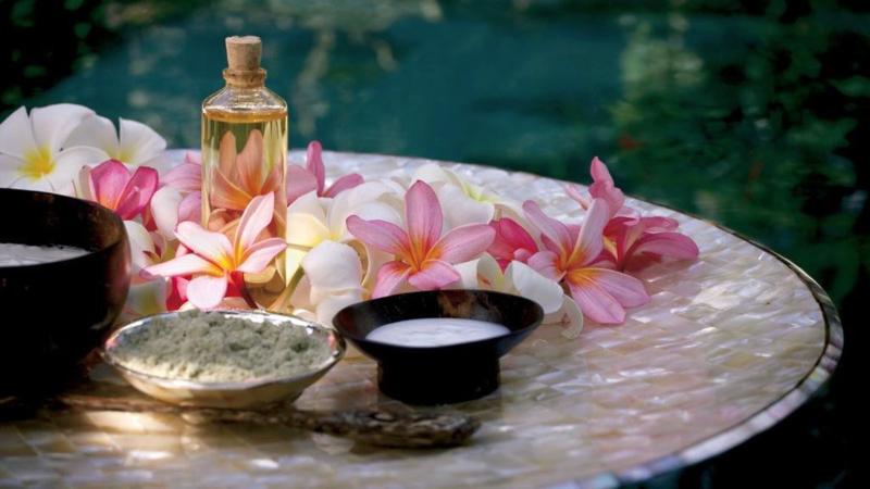 Frangipani 100% pure essentiële olie. Als aromatherapie, op de huid of als verdamper. Afrodiserend, pijn verzachtend, ontspannend.  Verlicht stress, nervositeit, angst. In combi met Roos en Jasmijn olie, heeft het een zinnelijke werking. 100 ml