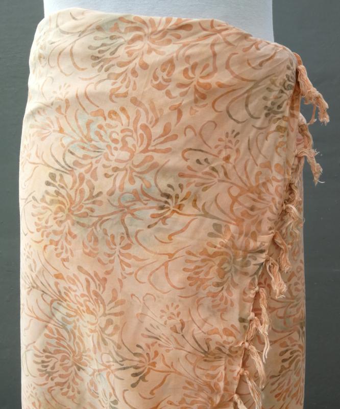 Dubbel batik sarong XL. Van extra zware kwaliteit. Uit de Busana Agung collectie en gemaakt met de BingBatik techniek uit Indonesie.  1.25 x 2.00 cm.  100% rayon. Wasbaar op 30 graden. Met sarongknoop.