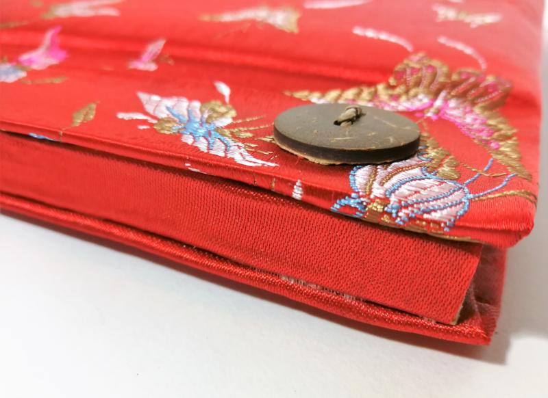 Handgemaakt opschrijfboek. Ongebleekt rijstepapier met schitterende velourse stoffen kaft vol vlinders met kokosknopen. 17x18x1,5 cm