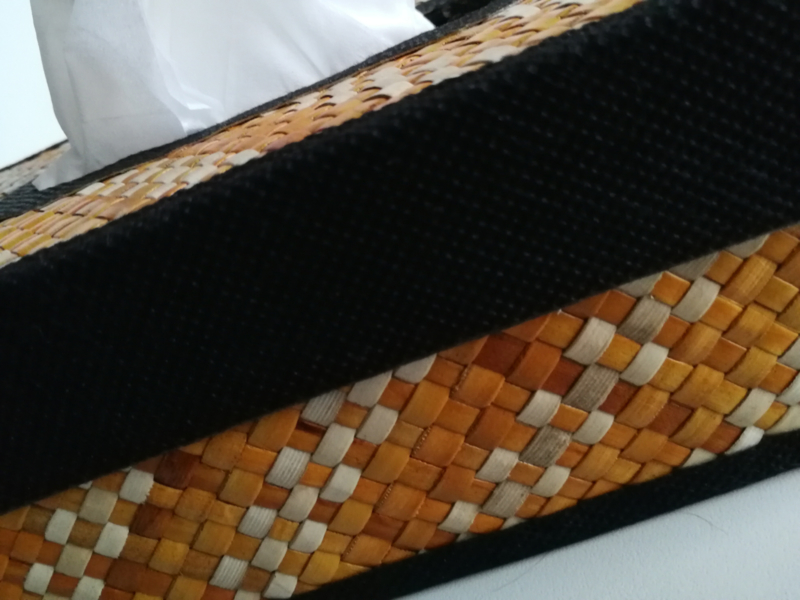 Tissue box. Gevlochten met bamboo. 23x13 x7 cm.