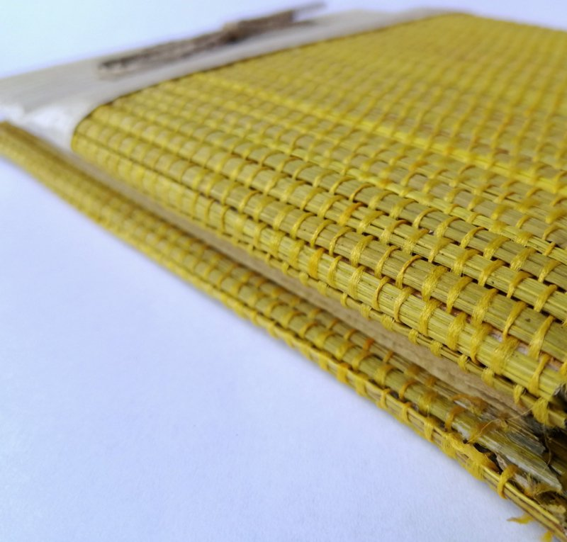 Rattan (rotan) notitieblokje oker. Kleine handgemaakte kunstwerkjes voor kleine notities. Binnenzijde van ongebleekt Balinees rijstepapier.